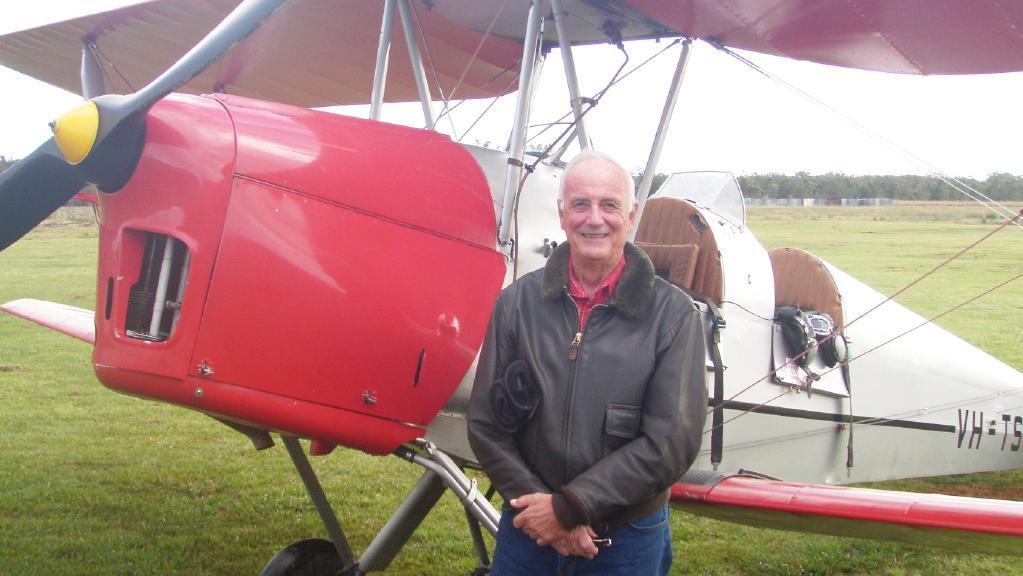Des Houghton Pays Tribute To Hero Pilot