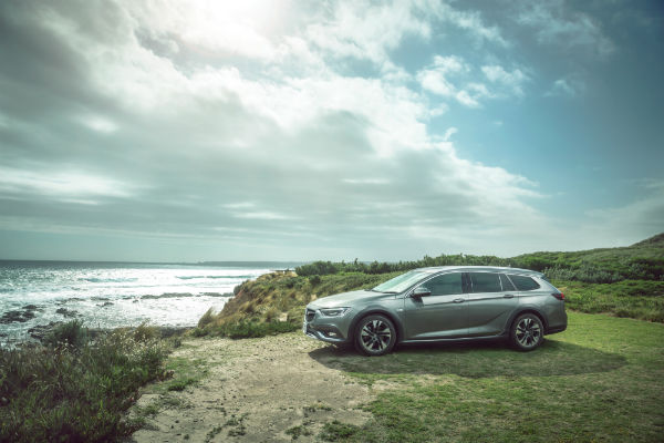 2018 Commodore Tourer-V_side