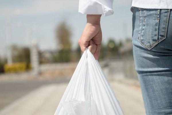 Article image for Supermarket giant begins plastic bag clampdown