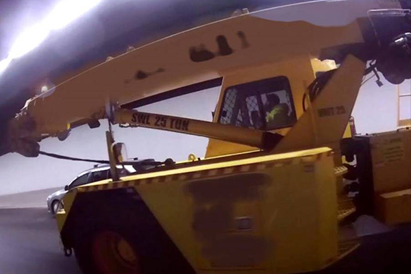 Article image for Idiot caught using phone while driving 25-tonne crane