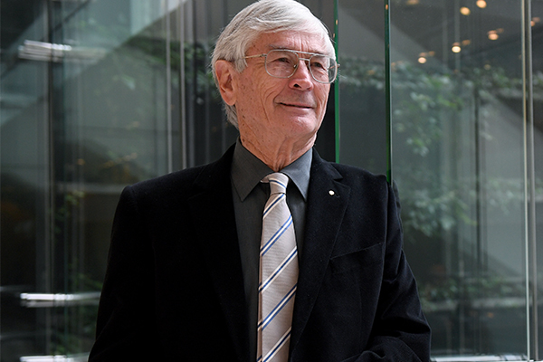 Dick Smith 'fed up with our present major parties', may run for federal politics