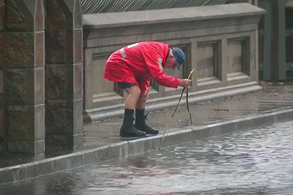 What a legend! Elderly man takes it upon himself to help motorists stranded by flooding