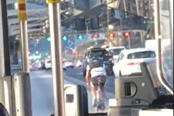 WATCH | Idiotic cyclist holds up traffic on Sydney Harbour Bridge