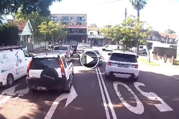 Article image for DASHCAM | Idiotic P-plater in a Range Rover drives on wrong side of road