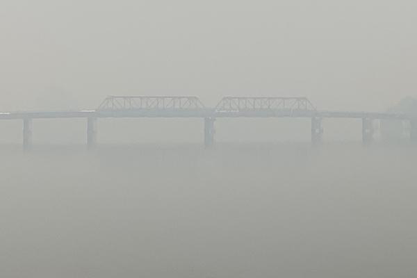 Article image for Bushfire smoke completely covers the Macksville Bridge