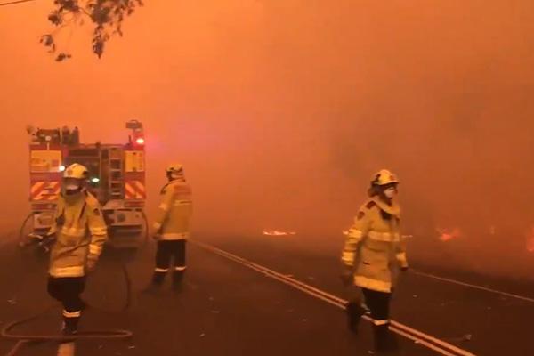 Article image for Bushfires rage across NSW as smoke blankets Sydney