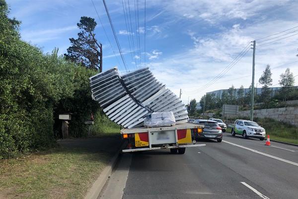 Load fail – truck causing traffic mayhem