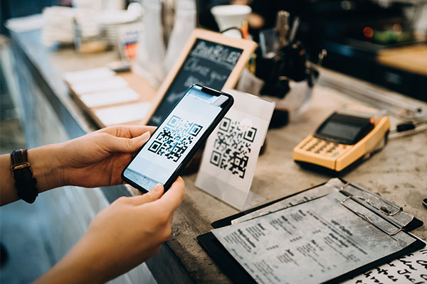 Minister urges supermarkets to comply with QR code-rules