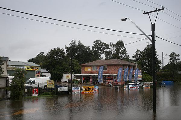 Sir Peter Cosgrove extends helping hand as flood recovery begins