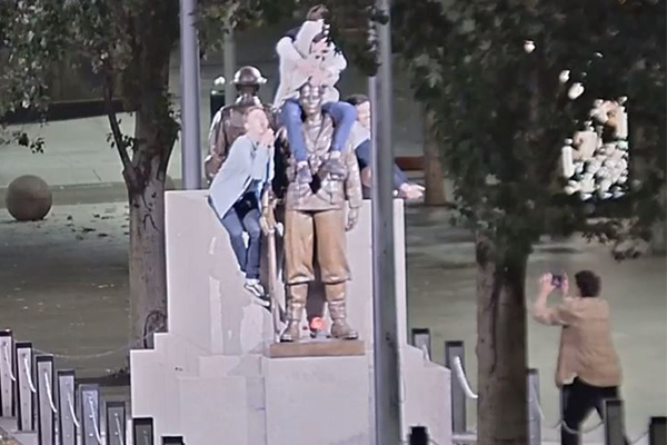 Article image for Police release CCTV of Cenotaph vandals caught in the act