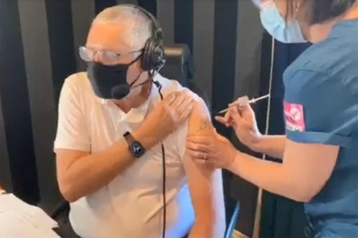 Ray Hadley becomes fully vaccinated on-air
